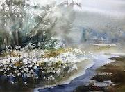 Massif de fleurs blanches au bord de l eau.