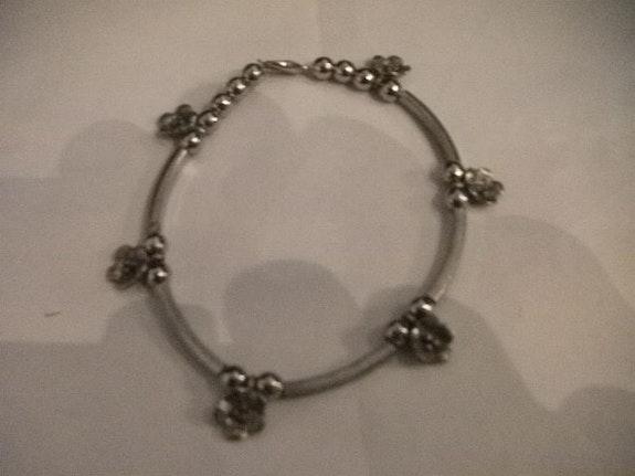 Bracelet en métal argenté avec des fleurs en argent indien. Jigée Jigée