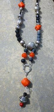 Collier sautoir ethnique avec perles de corail et perles noires.