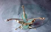 Simha : (La joie) Tio de violon sur table basse ronde. Richard-Cliff Galerie Tel-Aviv