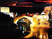 Ambiance de nuit, pont et ville éclairés.