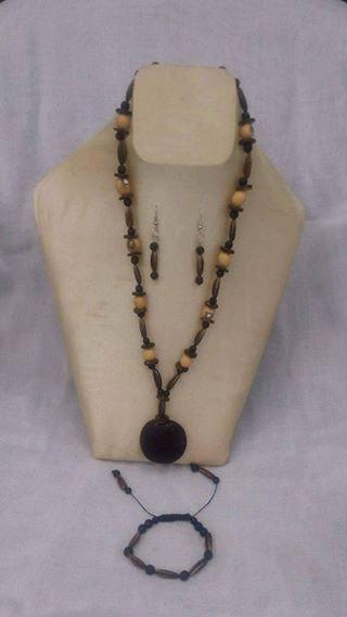 Magnifique collier. Magnifique Collier, Composé Avec Des Graines De Flamboyant Kazonature