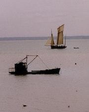 La Cancalaise qui navigue sous voiles et le chaland dans la baie. Elie