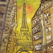 Coucher du soleil sur la tour Eiffel vue d'une rue.