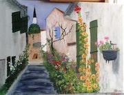 Ruelle avec ses maisons et ses roses trémières sur l'Ile de Ré.