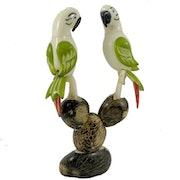Perroquets taillés dans la graine de tagua. Tagua World