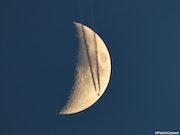 Un Jet traverse la lune.