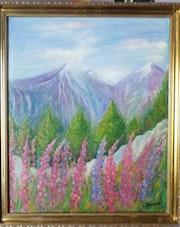 Un paysage de montagne en été.