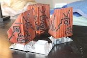 Statuettes puzzle sur socle.
