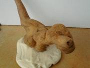 Canidinossaurus en bois flotté sculpté et poli..
