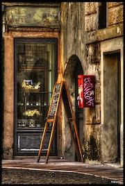 Chevalet au coin d'une rue. Le Capricieux Photographe