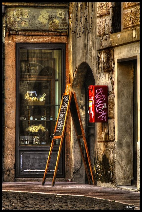 Chevalet au coin d'une rue. Raphaël Battoia Le Capricieux Photographe
