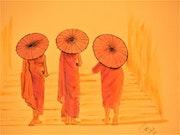Trois moines avec des ombrelles.