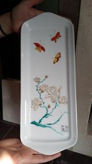 Schmetterlinge und Magnolien auf einer Porzellan-Kuchenform von Plume Magicienne.
