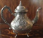 Große Teekanne aus dem Fürstenhaus zu Wied, Silberstempel 800, Historismus.