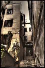Escalier au coin d'une rue.
