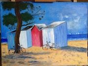 Plage de St Lunaire avec ses cabines colorées abritées sous un Pin avec 2 vélos.