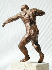 Kugelstoßer 2 (1992), Bronzeskulptur, Ansicht 2, Rücken des Sportlers. Hajo Horstmann